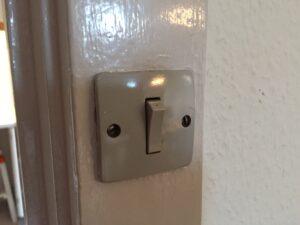 Gammel stikkontakt i dørkarm